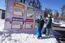 Po celý únor jsou v areálu Na Nivách připravená venkovní stanoviště, kde si děti mohou vyzkoušet různé disciplíny zimních sportů.