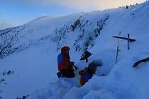 Členové Horské služby Krkonoše každoročně trénují záchranu osob  z lavin prostřednictvím kurzů.