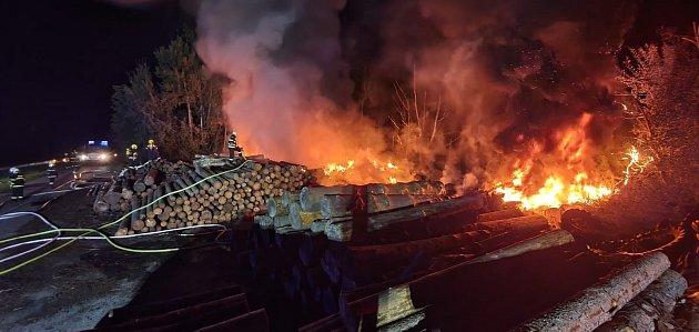 Hasiči zasahovali při požáru na skládce pneumatik vLánově