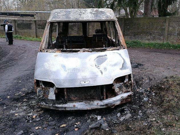 Noční požáry automobilů ve Dvoře Králové