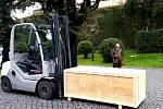 VE VATIKÁNU. Zástupci umělecké slévárny z Horní Kalné předávali sochu, uloženou v dřevěné bedně, v části vatikánské zahrady, která je veřejnosti nepřístupná.