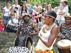 SKUPINA IYASA SE VRÁTÍ. Jednou z akcí, která se v loňském roce setkala s velkým zájmem návštěvníků zoo Dvůr Králové bylo vystoupení skupiny Iyasa. Letos přijedou znovu a na déle.