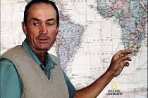 SPECIALISTA NA NOSOROŽCE. Jihoafričan Peter Morkel, ukazuje na mapě, kde všude působil.