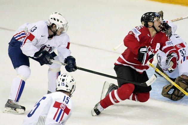 Vrchlabský hokejista Rok Pajič (vlevo) v utkání s Kanadou.