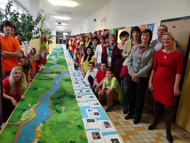 Žáci a učitelé ZŠ VDomcích vTrutnově vyrobili model zachycující osmdesátikilometrový tok řeky Úpy spolu snejbližšími partiemi krajiny.