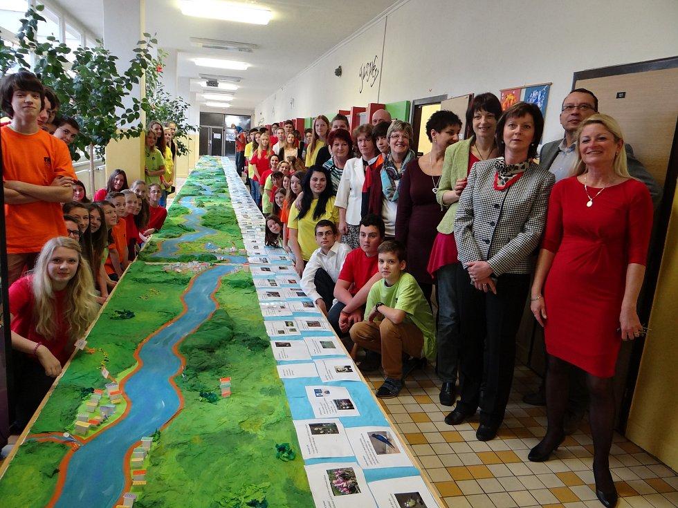 Žáci a učitelé ZŠ V Domcích v Trutnově vyrobili model zachycující osmdesátikilometrový tok řeky Úpy spolu s nejbližšími partiemi krajiny.