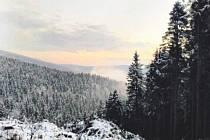 PŘÍRODA V Deštném v Orlických horách se  zahalila do zimních barev. Lyžaři netrpělivě očekávají rozjezd oblíbených skiareálů. Někteří běžkaři už první stopu vyzkoušeli.