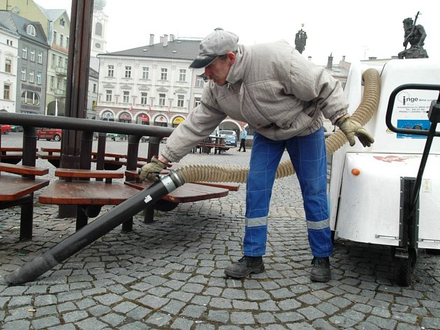 Vysávání pod lavičkami na trutnovském náměstí.