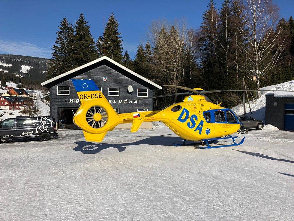 Zraněného muže musel z údolí Bílého Labe vyprostit vrtulník.