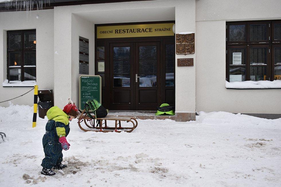 David Pintíř provozuje restauraci v budově obecního úřadu v krkonošském Strážném.