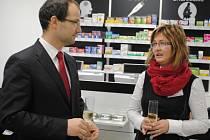 NOVÁ ZAŘÍZENÍ si prohlédli i semilský starosta Jan Farský a ředitelka nemocnice Alena Kuželová.