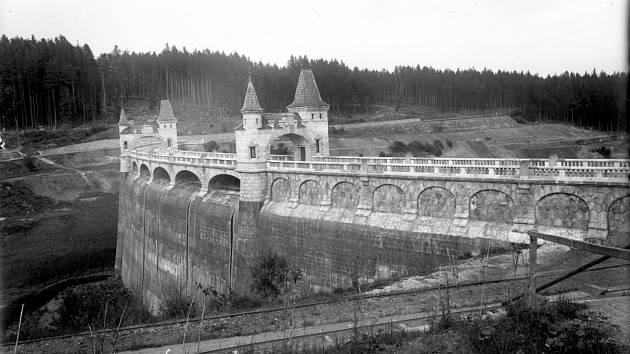 NEPŘEHLÉDNUTELNÉ! Přehrada s bránami a dům hrázného na snímcích z roku 1919.