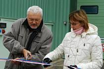 Starostka Iljana Beránková přestřihla pásku k nové bioplynové fermentační stanici společeně s radním Královéhradeckého kraje Jiřím Vamberou. Stavba byla zahájena začátkem roku, stanice bude do příštího listopadu zatím ve zkušebním provozu.