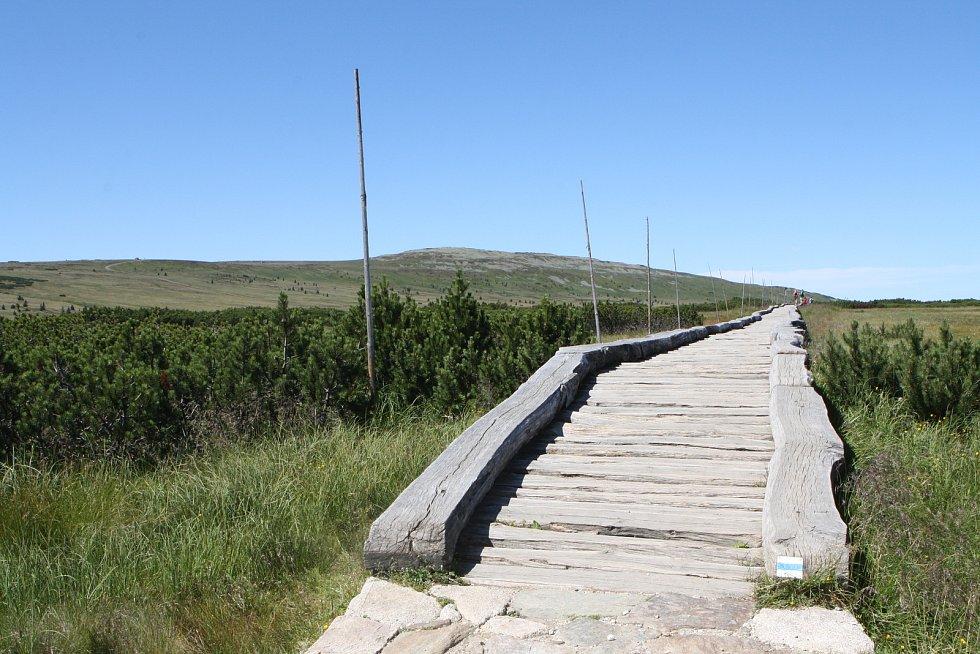 Na trase od Luční boudy směrem na Sněžku dojde po dvaceti letech k výměně povalového chodníku přes Úpské rašeliniště.