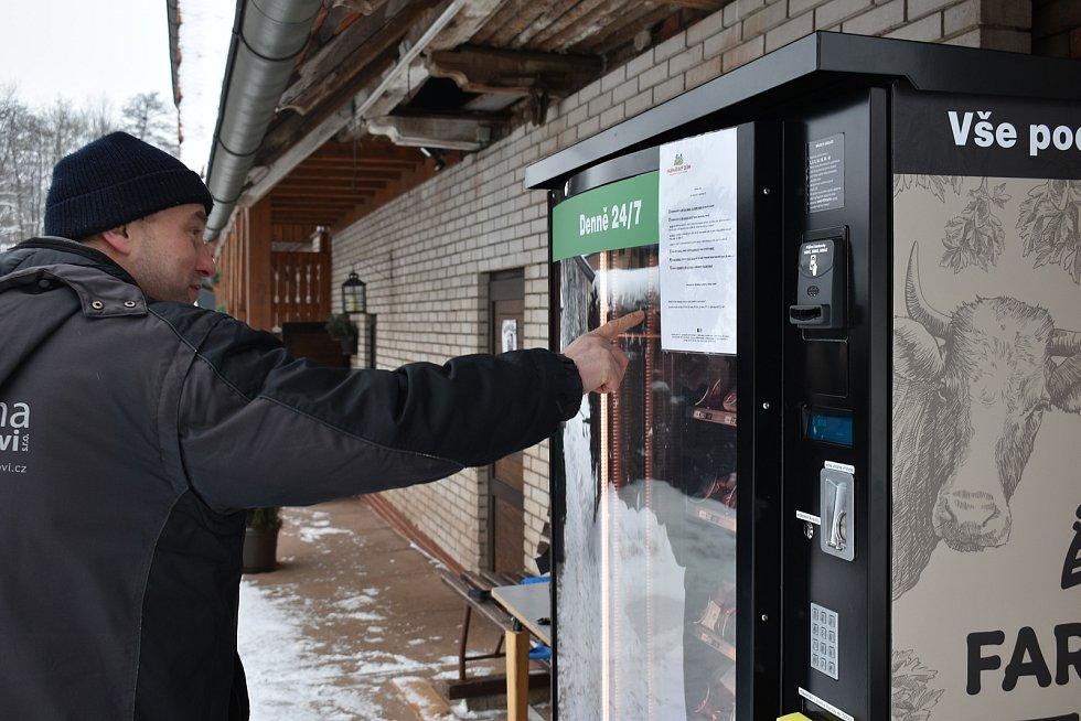 Na farmě v Prosečném si můžete koupit maso z automatu.
