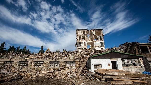 Demolice Sokolské boudy na Černé hoře v Krkonoších.