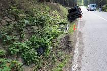Řidička Renaultu havarovala ve středu mezi Černým Dolem a Janskými Lázněmi.