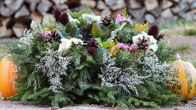 PŘÍPRAVA na Dušičky v zahradnictví Horní Kalná, kde zahradnice plete věnce už od svých osmnácti let, ruku k dílu přiloží každý rok celá rodin. Přírodní věnce tu vytvářejí z toho, co si sami vypěstují.