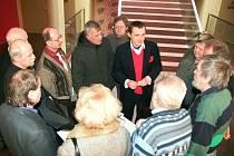 V NEMOCNICI. Poslanec Vít Bárta při své návštěvě Turnova diskutoval s lidmi i v Panochově nemocnici.