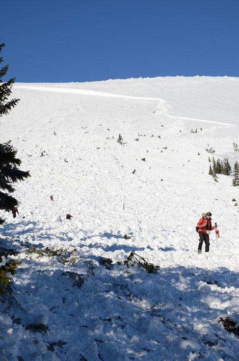 Spadla další lavina, záchranáři do noci prohledávali Modrý důl