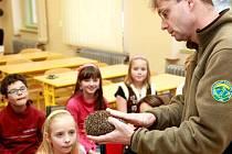 Dan Bílek a děti z ekologického kroužku, které se o ježka přes zimu budou starat.