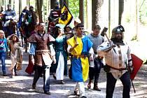 NA TRASE MEZI Devíti kříži a Vízmburkem bylo možné v neděli potkat průvod v dobových oblecích a s koňmi.