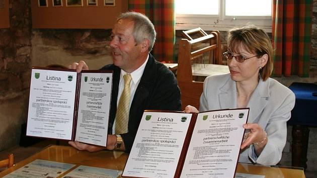 SMLOUVA PODEPSÁNA. Na snímku starostové po uzavření spolupráce: Iljana Beránková (Úpice) a Rudolf Bieri (Oberbipp).