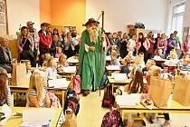 Při zahájení školního roku v Mladých Bukách vítal prvňáky Krakonoš.