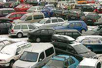 Aut na parkovištích pod lanovkou i v samotných Janských Lázních nezadržitelně přibývá.