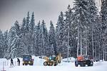 Vítr a těžký sníh komplikují dopravu a život na horách.