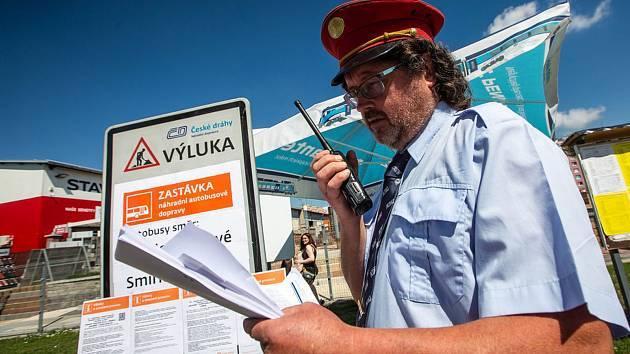 Oprava v železniční stanici v Jaroměři přináší výluky, úpravy jízdních řádů a cestování náhradní autobusovou dopravou.