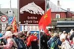 Proletáři všech zemí, spojte se. Na Pomezních Boudách zavlály rudé vlajky, turisté nevěřícně zírali. Současně se otevírala výstava připomínající epizody disidentů za normalizace.