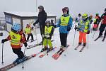 Policisté oblékli malým lyžařům reflexní vestičky.