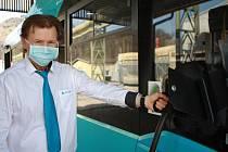 Řidič MHD v Trutnově Michael Doležal. V autobusech platí přísná bezpečnostní opatření.