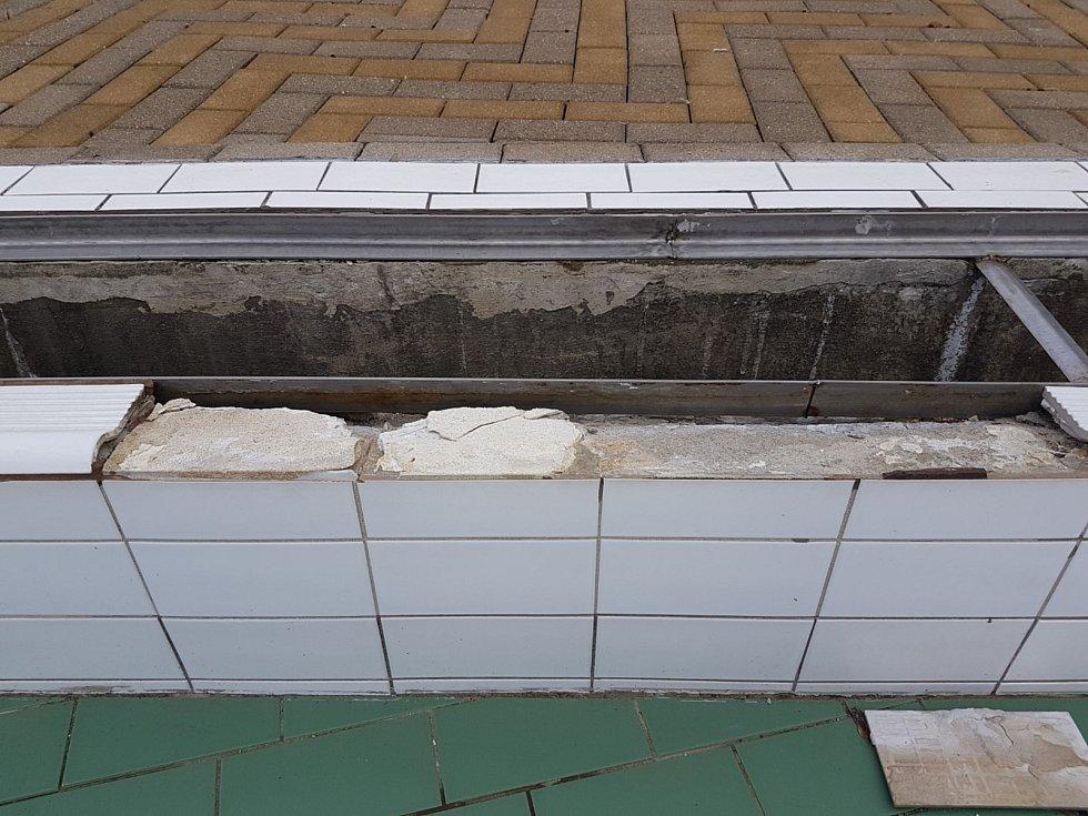 Opadané obklady na trutnovském koupališti. Jaro 2019.