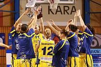 Basketbalistky USK Praha se radují z vítězství v turnaji JAKO Cup 2009.