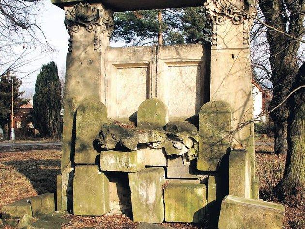 Vedle sportovního stadionu v Podharti dnes stojí pouze skulptura složená z několika hřbitovních desek.