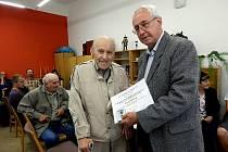 Josefu Maškovi (vlevo) předal ocenění předseda Okresní organizace včelařů Eduard Fuchs.