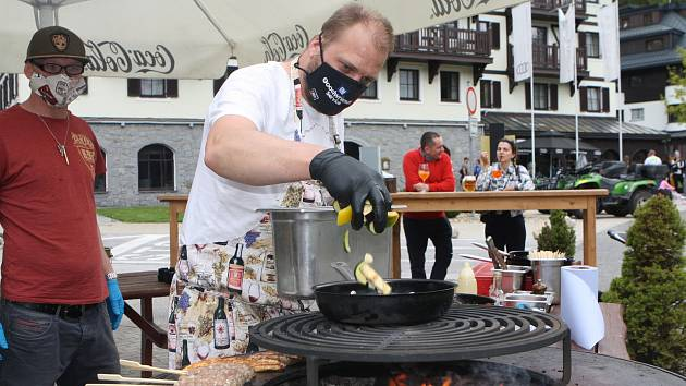 Před restauracemi ve Špindlerově Mlýně si mohou lidé dát i maso z grilu. Šéfkuchař z Elanu Jaroslav Jindřišek připravuje specialitu, balkánské čevabčiči.