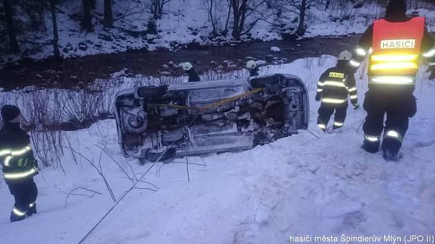 Hasiči ve Špindlu pomáhali dát zpět na kola auto, které bouralo u Hotelu Velveta.
