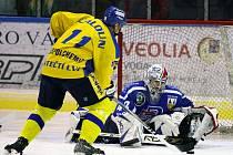 Kapitán Ústí Jan Čaloun za chvíli překoná vrchlabského brankáře Štůralu a vstřelí jediný gól utkání.