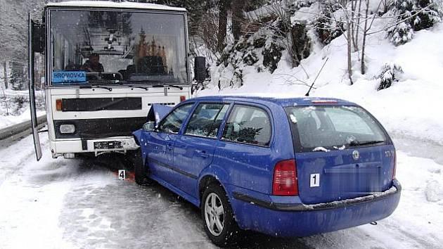 Škoda Octavia se střetla s autbusem