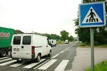 KRITICKÉ MÍSTO. Silnici do Krkonoš má na křižovatce v Mladých Bukách překlenout bezbariérový nadchod pro pěší.