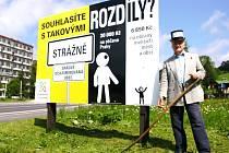 """Starosta horského střediska Miroslav Sazeček tak chce upozornit na daňové znevýhodňování malých obcí. """"Pokud bude vládní politika takto pokračovat i nadále, budeme se muset vrátit k srpu, doufám, že ne i ke kladivu,"""" říká starosta."""