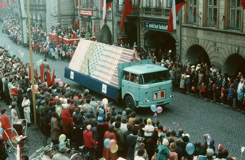Už téměř zapomenuté oslavy 1. máje v Trutnově. Snímek s alegorickým vozem Texlenu je z 80. let.