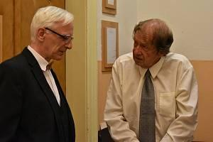 Jiří Wonka (vpravo) u Okresního soudu v Trutnově ve čtvrtek 13. srpna s advokátem Lubomírem Müllerem.