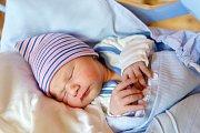 JIŘÍ BAJER se narodil rodičům Veronice a Jiřímu. Vážil 3,08 kg a měřil 51 cm. Spolu se sestřičkou Natálií bydlí v Nové Pace.