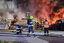 Hasiči zasahovali při požáru na skládce pneumatik v Lánově