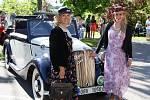 Lea Machurová dorazila do Studence s rodinou v elegantních dobových kostýmech v autě značky Praga Lady z roku 1937.