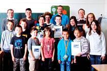 Děti předávají studii starostovi Bílé Třemešné